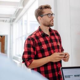 Haz de los pronombres un hábito respetuoso en las reuniones
